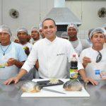 Projeto Pirangueiro: Piloteiros de barco de Corumbá aprendem a fazer Sashimi de piranha