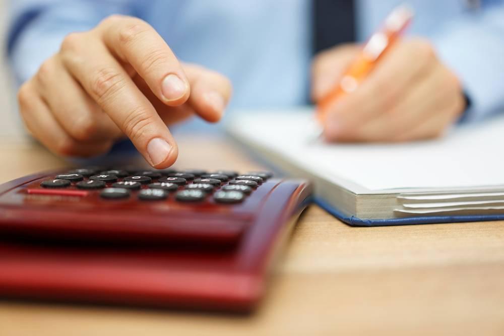 Tomar dinheiro emprestado para pagar dívidas só é aconselhável se a taxa de juro do empréstimo for mais baixa do que a das dívidas do empresário, afirma consultor.