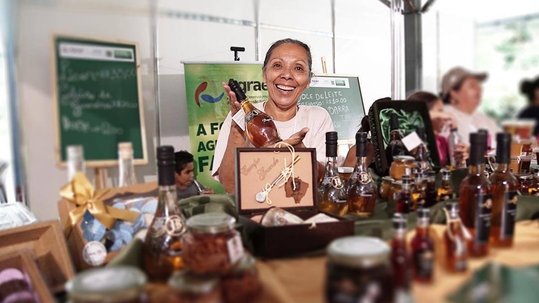 De fabricação caseira para presentear os amigos, a agroindústria familiar hoje produz cerca de 3 mil garrafas de licor, além das geleias e doces, com apelo na cultura regional e no extrativismo sustentável.