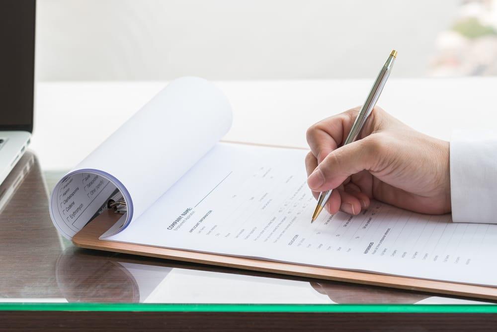 Ao todo, o protocolo demora aproximadamente 2 anos e, se o processo ao longo desse tempo transcorrer de forma adequada, acontece o despacho de deferido do pedido e a emissão do certificado.