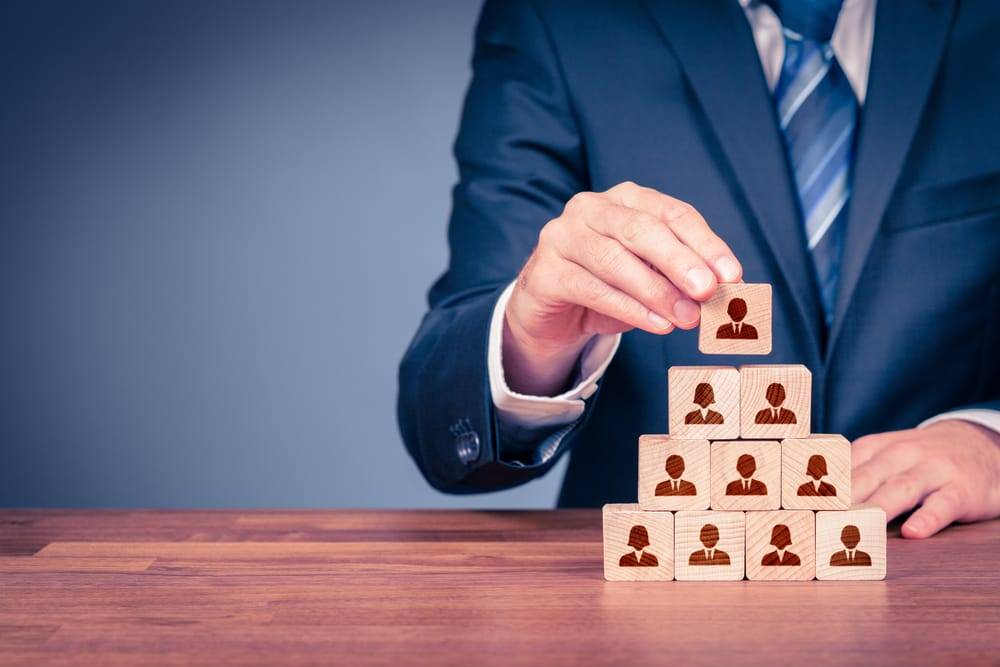 O marketing multinível tem um sistema semelhante ao networking, só que no lugar de fazer uma rede de contatos profissionais, a pessoa efetivamante oferece serviços ou produtos.