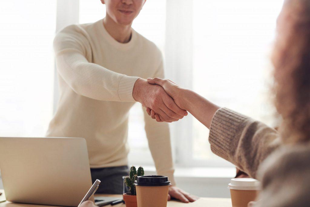 empresário fechando negócio para abrir uma franquia