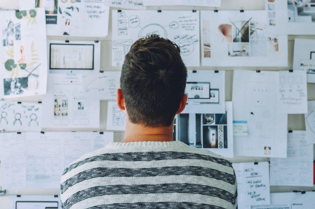 empreendedor analisando seu plano de negócio